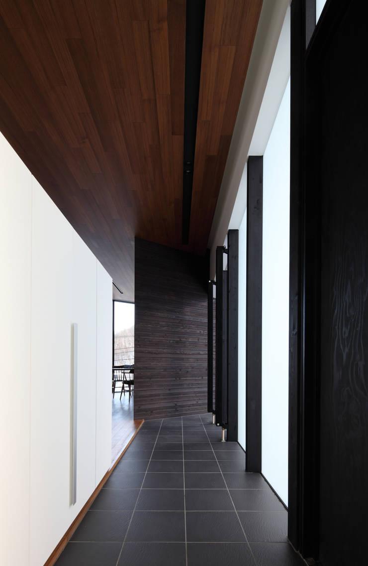 Pasillos y vestíbulos de estilo  de 株式会社コウド一級建築士事務所, Moderno