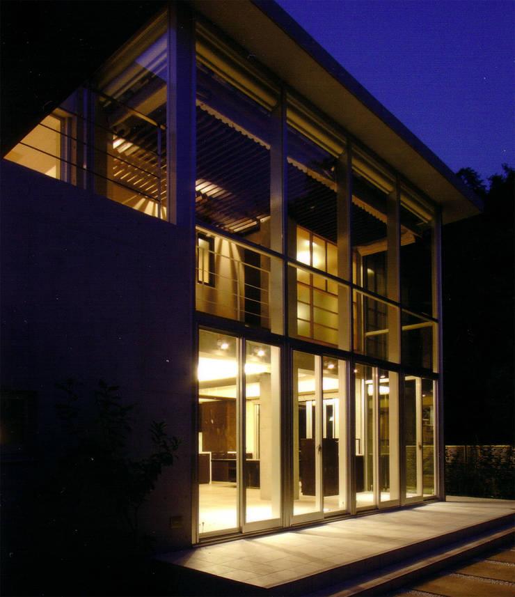 アトリウム外観(夕景): 豊田空間デザイン室 一級建築士事務所が手掛けた家です。