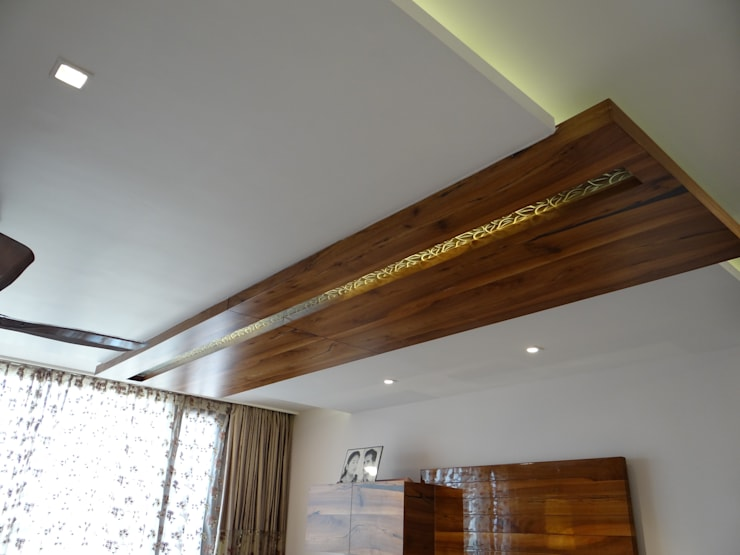 The Wood ceiling with mirror insert:  Bedroom by Hasta architects
