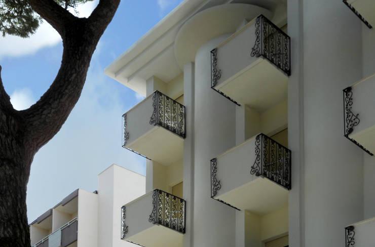 Balconi e colonne: Hotel in stile  di GHINELLI ARCHITETTURA
