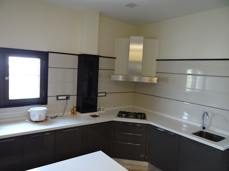 Kitchen supplied by CC india:  Kitchen by Hasta architects