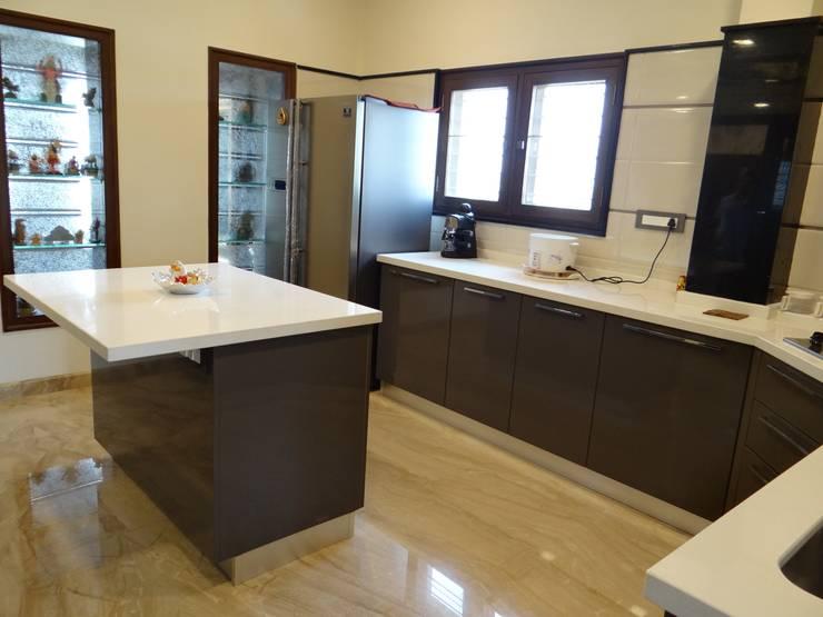 Residence of Mr. Vijayanand :  Kitchen by Hasta architects
