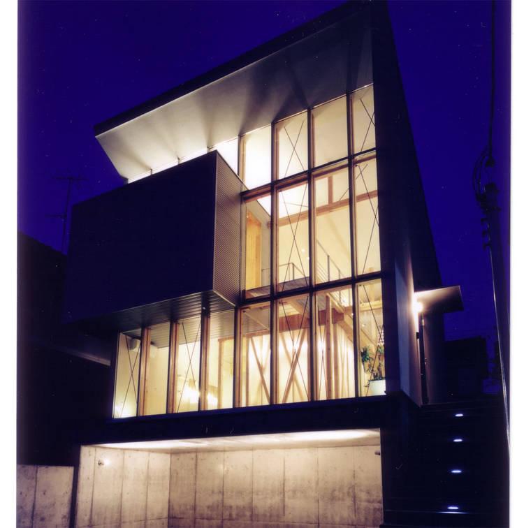 道路側外観-夕景 モダンな 家 の 豊田空間デザイン室 一級建築士事務所 モダン ガラス
