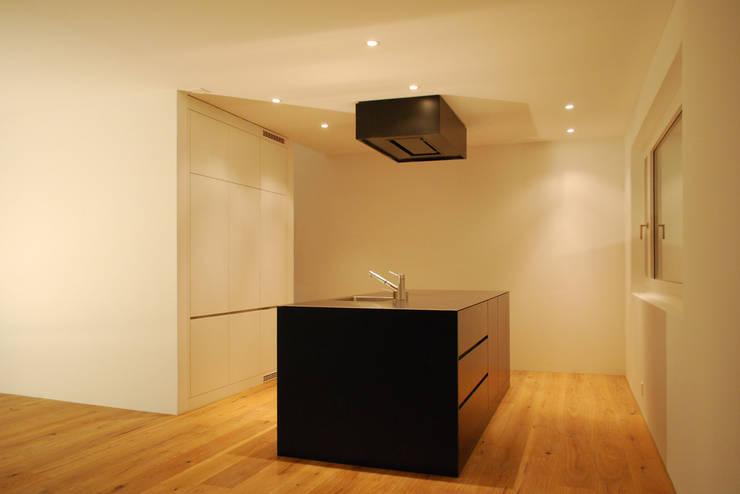 EFH Sarganserstrasse: minimalistische Küche von Marc Saladin Architekten GmbH