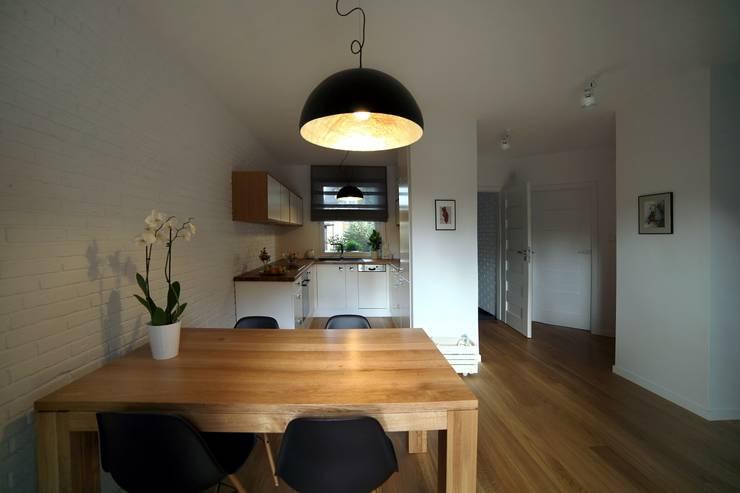 Scandinavian style dining room by INSPACE Scandinavian