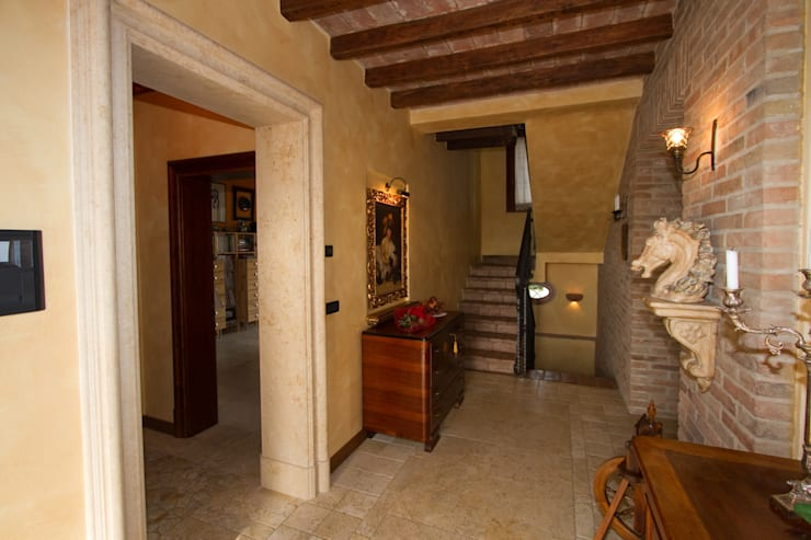 Casale Rustico: Ingresso & Corridoio in stile  di  Interior Design Stefano Bergami