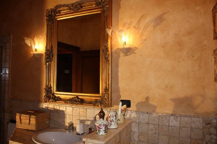 Casale Rustico: Bagno in stile in stile Rustico di  Interior Design Stefano Bergami