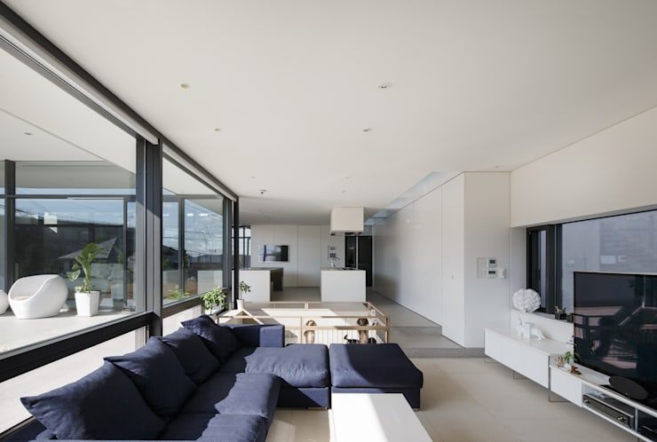 S residence: 山崎壮一建築設計事務所が手掛けたリビングです。