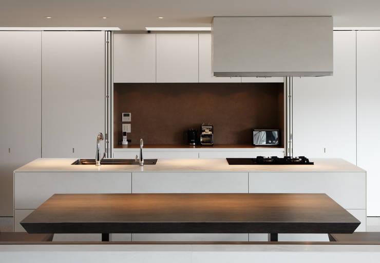 S residence: 山崎壮一建築設計事務所が手掛けたキッチンです。