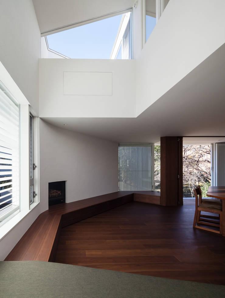 駒場の家: 山崎壮一建築設計事務所が手掛けたリビングです。