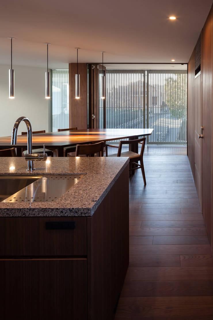 駒場の家: 山崎壮一建築設計事務所が手掛けたキッチンです。