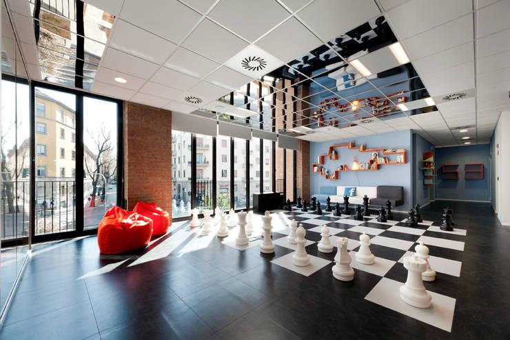 OPEN KNOWLEDGE OFFICE: Sala multimediale in stile  di Tommaso Giunchi Architect