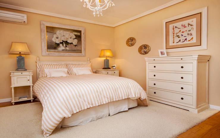 Clásico, el estilo que revaloriza.: Dormitorios de estilo clásico de Apersonal
