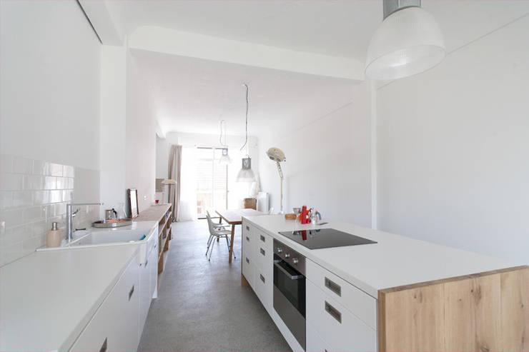 Blick aus der Küche zum Balkon:  Küche von Tim Diekhans Architektur