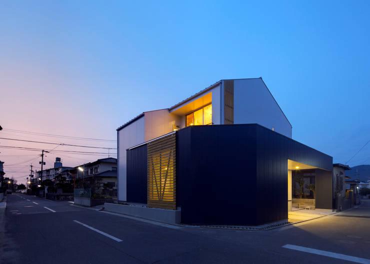 外観3(夕景): 有島忠男設計工房が手掛けた家です。