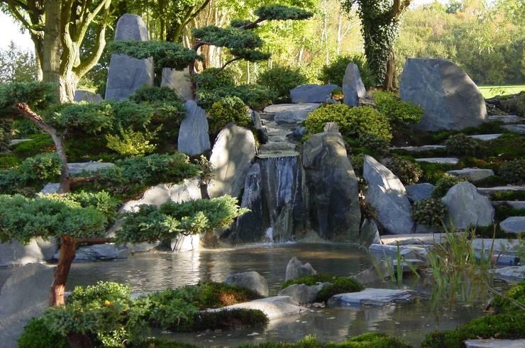 Wasserfall im Teichgarten vor dem Klinikum Bremerhaven:  Krankenhäuser von japan-garten-kultur