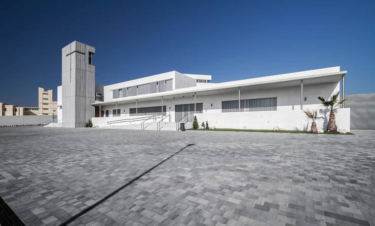 Fachada principal: Casas de estilo  de Hernández Arquitectos