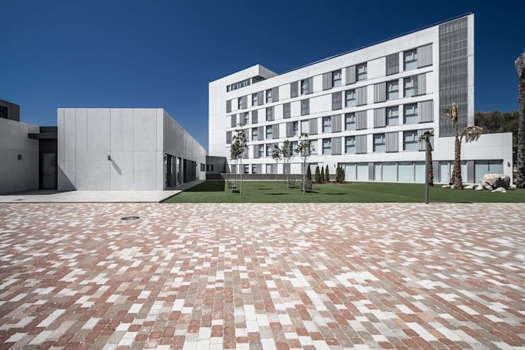 Fachada este del edificio de habitaciones: Casas de estilo moderno de Hernández Arquitectos