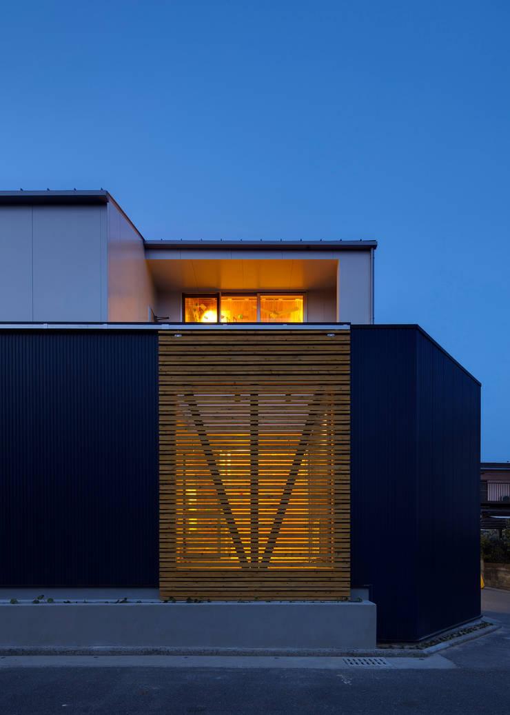外観4(夕景): 有島忠男設計工房が手掛けた家です。