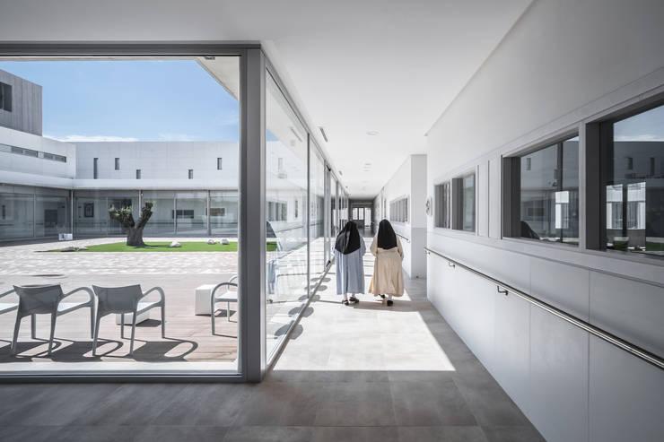 Claustro : Casas de estilo moderno de Hernández Arquitectos