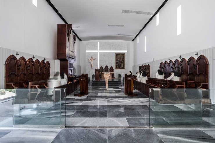 Iglesia: Salones de estilo moderno de Hernández Arquitectos