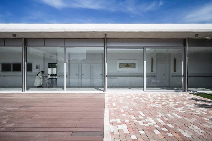 Claustro: Casas de estilo  de Hernández Arquitectos