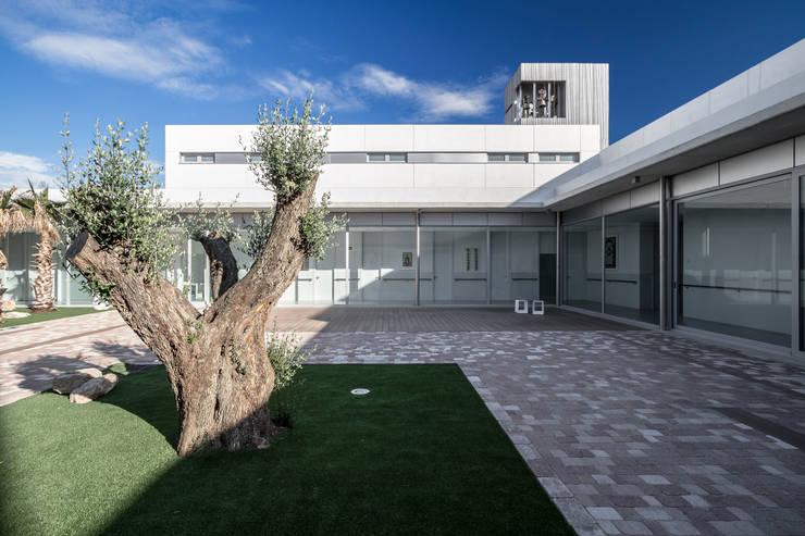 Claustro: Casas de estilo moderno de Hernández Arquitectos