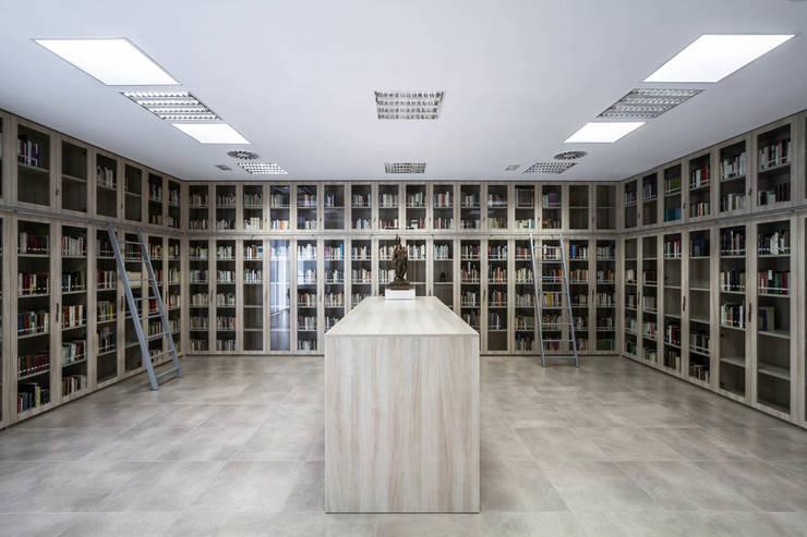 Biblioteca: Sala multimedia de estilo  de Hernández Arquitectos