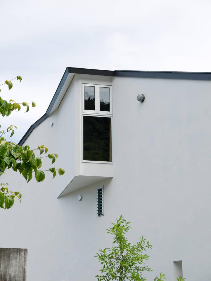 谷間の家: 株式会社 長野総合建築事務所が手掛けた窓です。,モダン