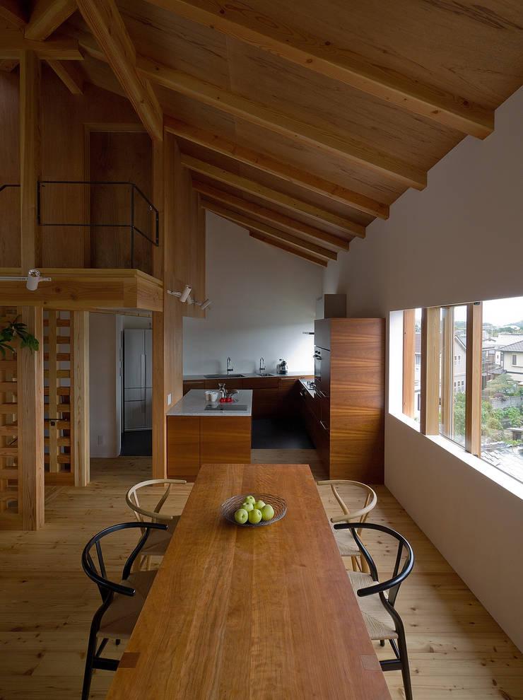 谷間の家: 株式会社 長野総合建築事務所が手掛けたキッチンです。,モダン