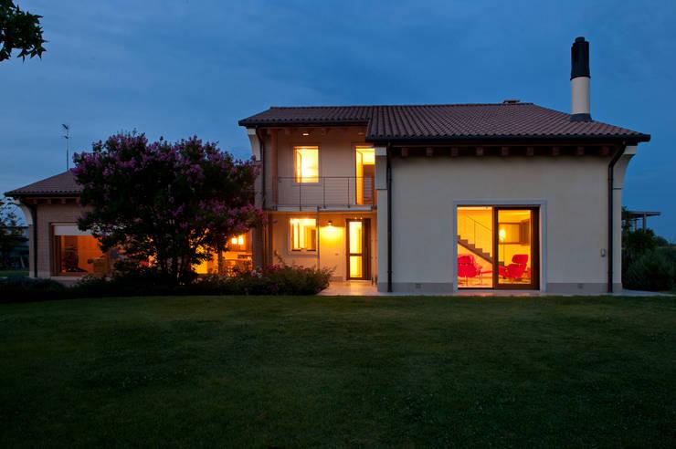 Lormet: Villa: Case in stile in stile Classico di Lormet