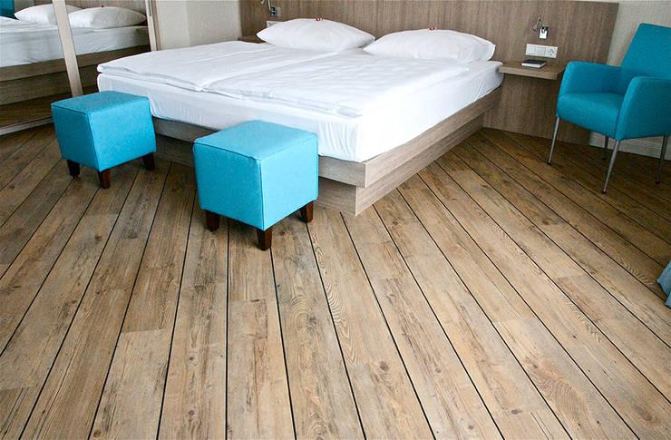 Pavimento Vinilico em Régua: Hotéis  por Decorpisus