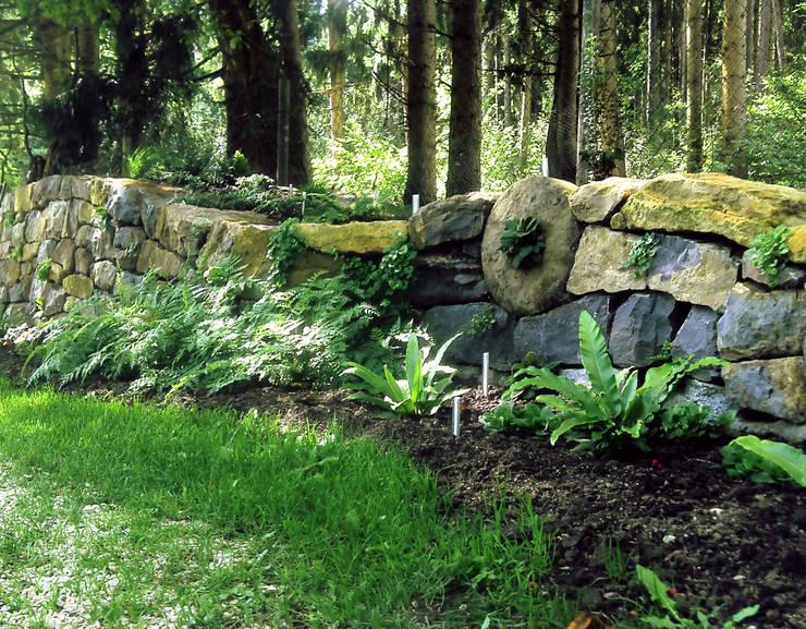 Fertig bepflanzte Natursteinmauer: landhausstil Garten von Staudengärtnerei Gaissmayer