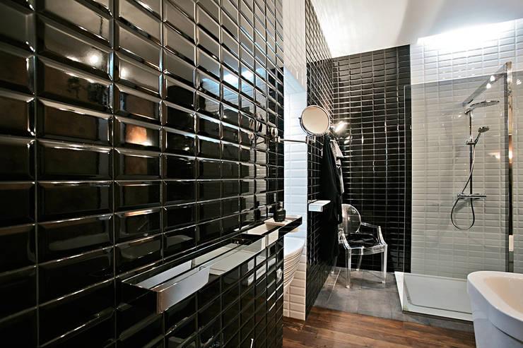 Casas de banho ecléticas por VNUTRI
