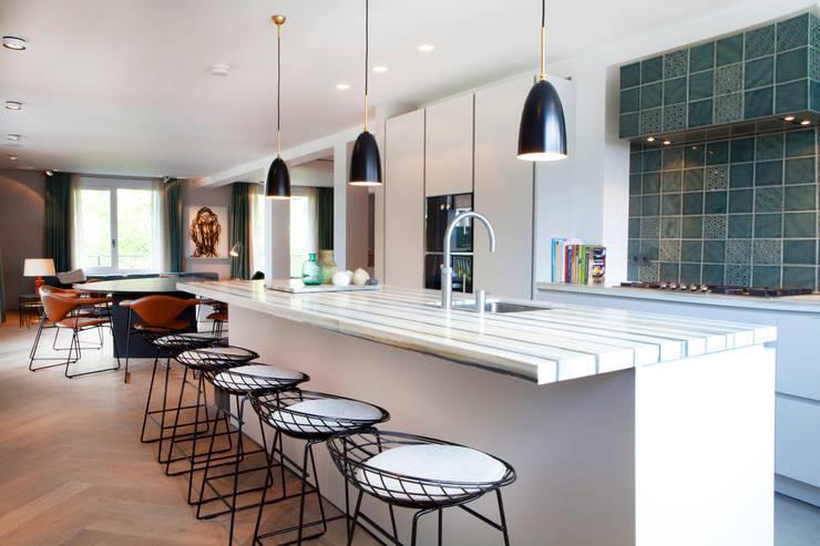 QUEENS van casco kantoor pand naar luxe woonappartement  in Amsterdam aan het Vondelpark:  Keuken door Binnenvorm, Modern