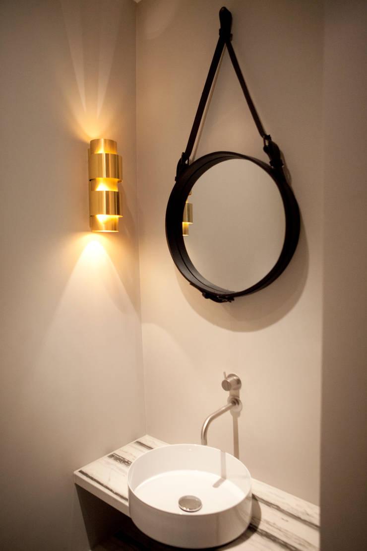 QUEENS van casco kantoor pand naar luxe appartement:  Badkamer door Binnenvorm, Eclectisch