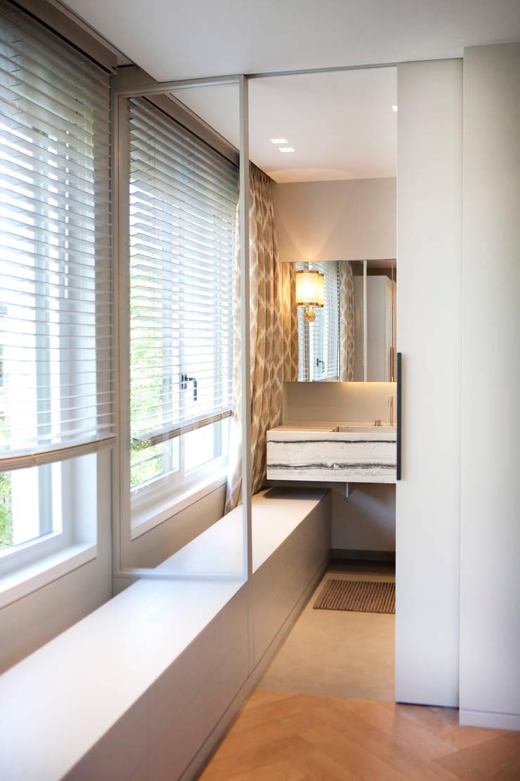 QUEENS:  Badkamer door Binnenvorm, Modern