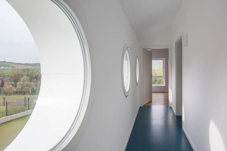 Corredores e halls de entrada  por Bau Eins Architekten BDA