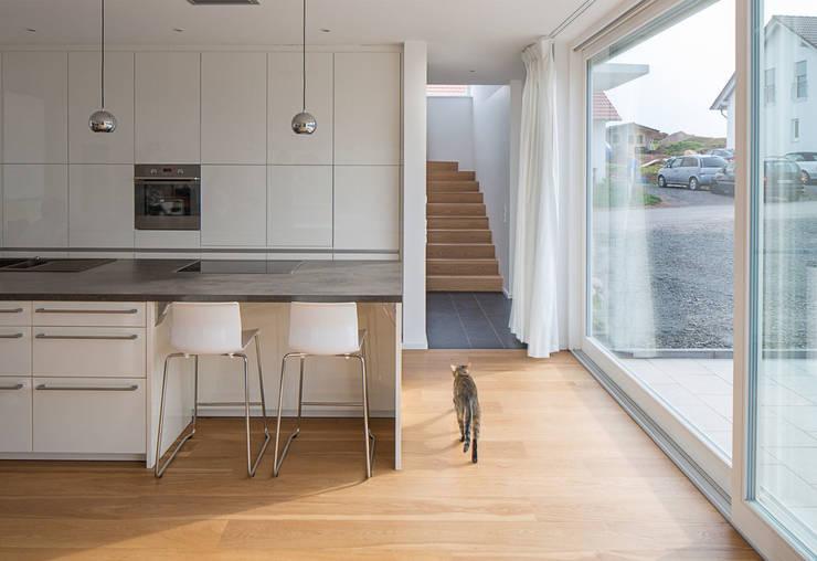 Haus E: moderne Küche von Bau Eins Architekten BDA