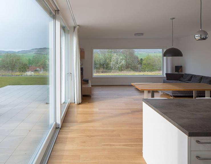 Haus E: moderne Wohnzimmer von Bau Eins Architekten BDA