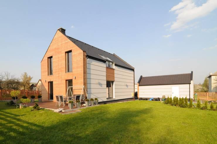 Widok od strony ogrodu: styl , w kategorii Domy zaprojektowany przez APLUS Studio Architektury Maciej Skaza