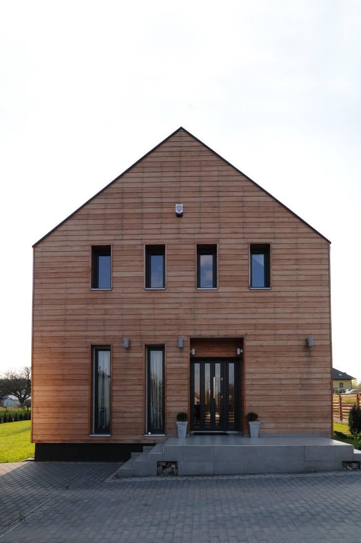 Widok od strony wejścia: styl , w kategorii Domy zaprojektowany przez APLUS Studio Architektury Maciej Skaza