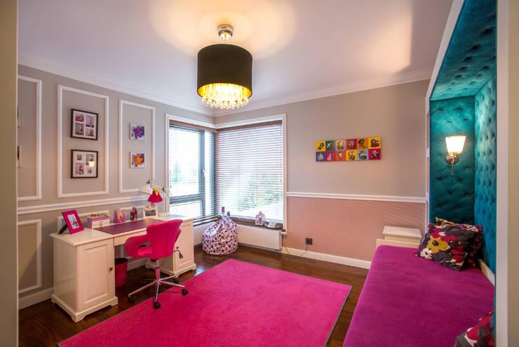 Pokój dziewczynki: styl , w kategorii Pokój dziecięcy zaprojektowany przez Viva Design - projektowanie wnętrz