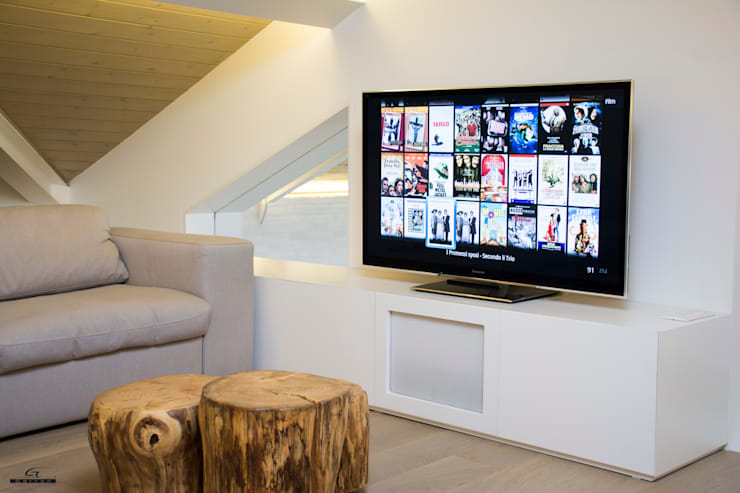 Sala multimedia de estilo  por C.A.T di Bertozzi & C s.n.c
