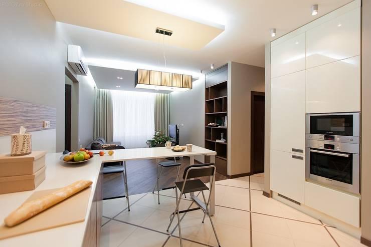 Вид на гостиную из кухни-столовой: Кухни в . Автор – INTERIOR PROJECT studio