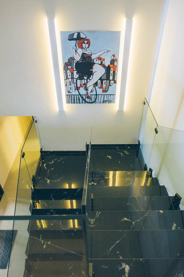 Escada em mármore Nero: Arte  por Neoarch