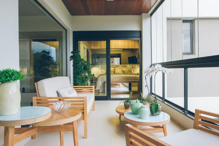 Varanda suite master: Terraços  por Neoarch