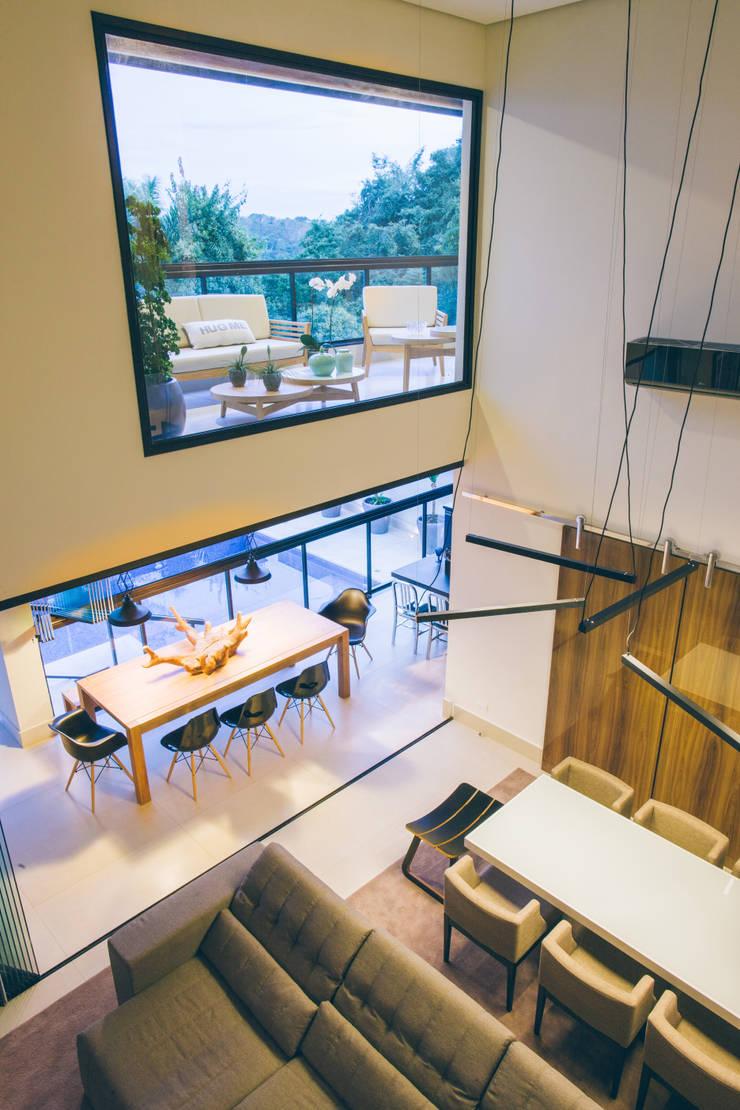 Pé direito duplo nas salas: Salas de jantar  por Neoarch