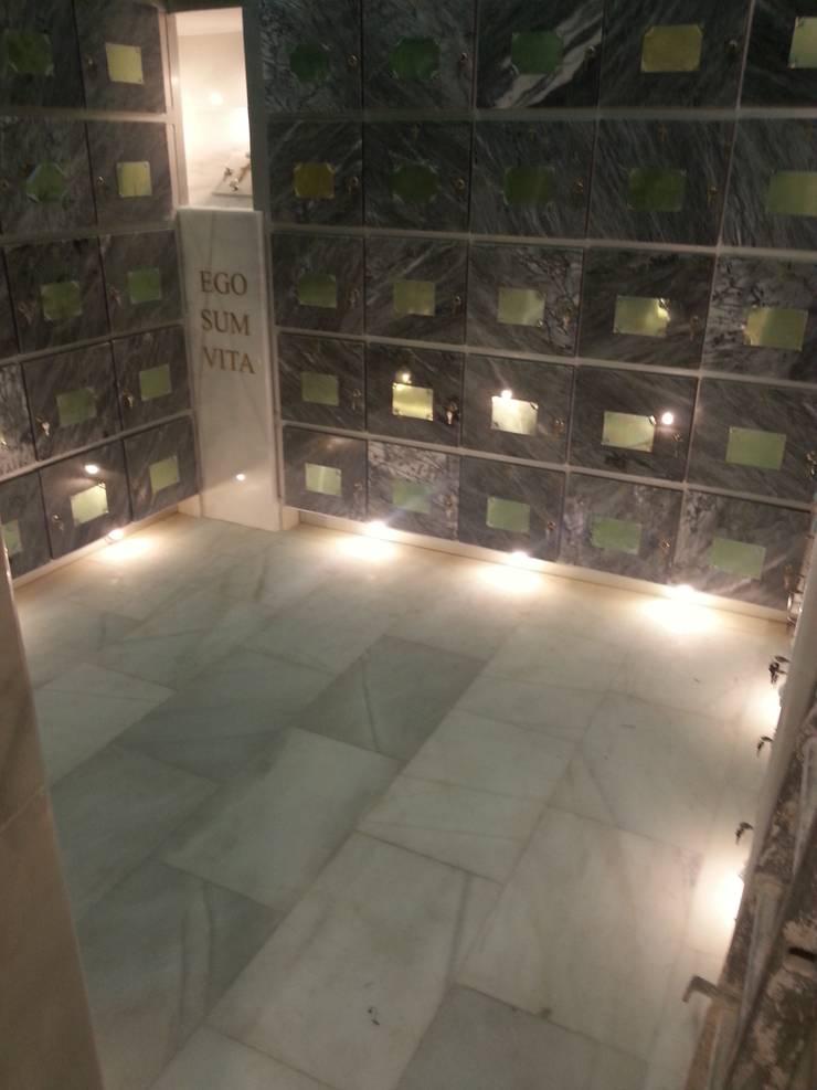 COLUMBARIO- ILUMINACIÓN INFERIOR :  de estilo  de ANA SÁNCHEZ ARQUITECTURA