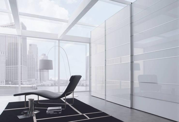 Camera da letto in stile in stile Moderno di Lamco Design LTD